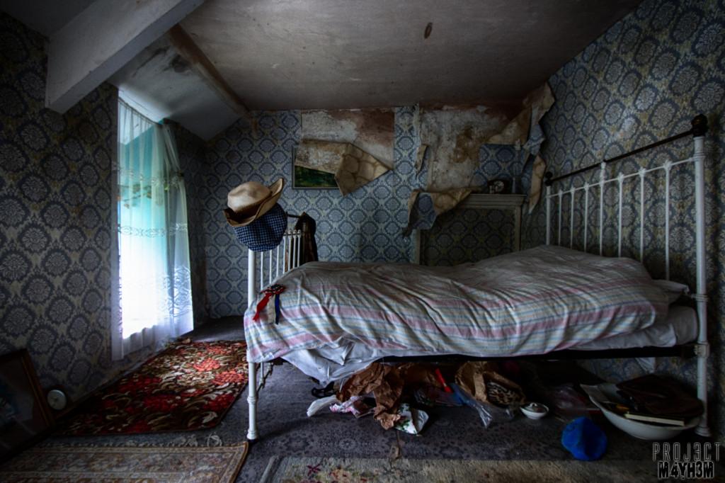 Y Heulog Farmhouse - Summer Hat Bedroom