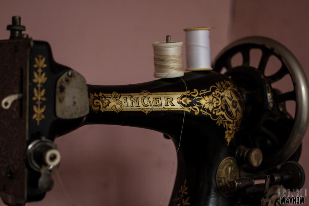 Y Heulog Farmhouse - Singer Sewing Machine