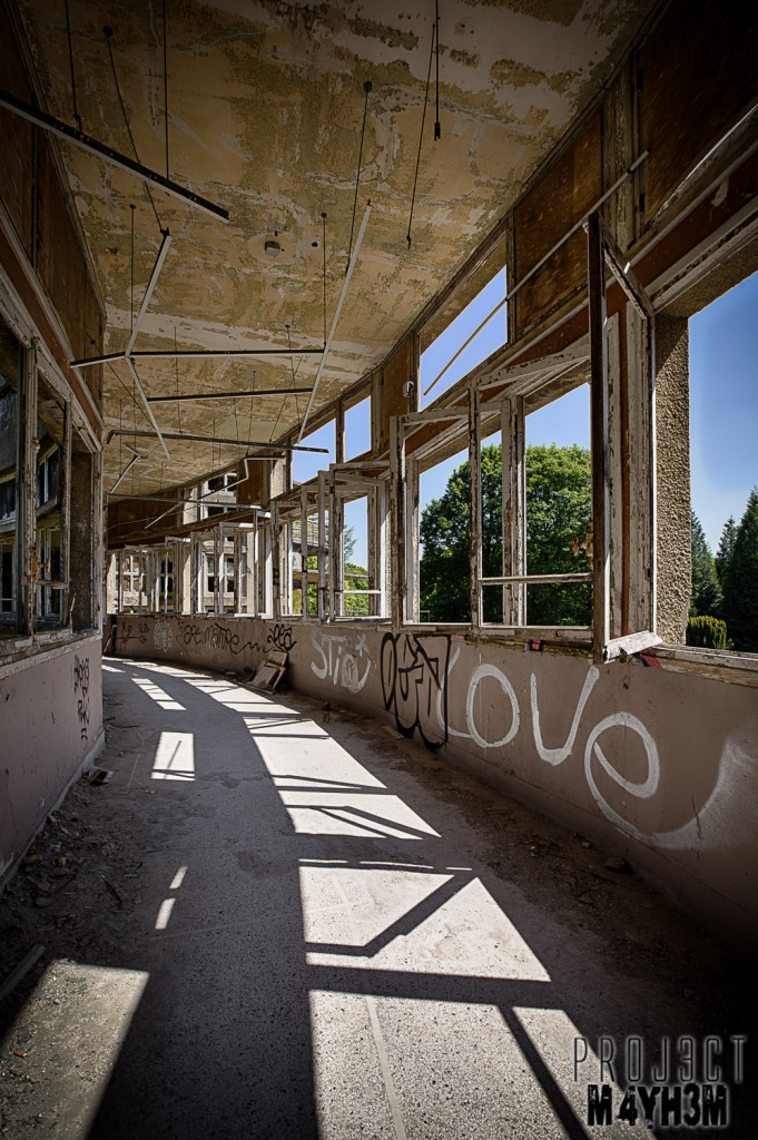 Le Sanatorium d'Aincourt, aka Fleurs de Ruine - Curved Corridor