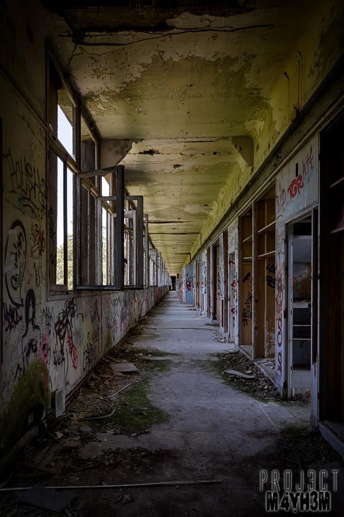 Le Sanatorium d'Aincourt, aka Fleurs de Ruine - Corridor