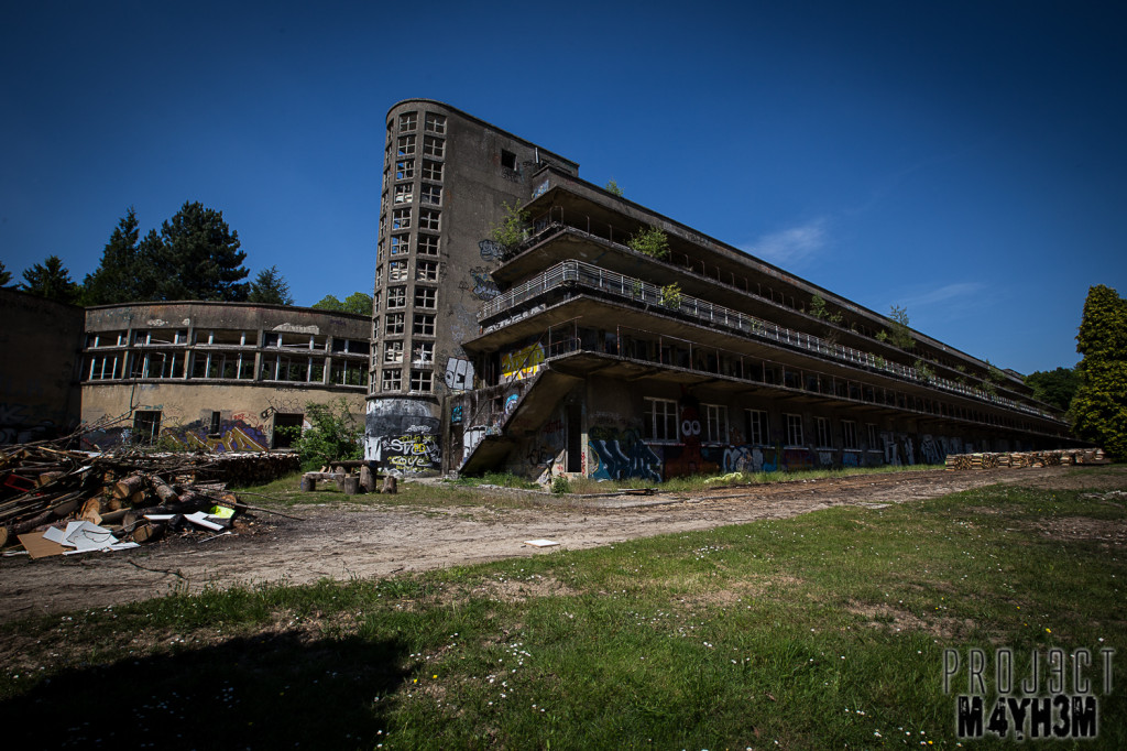 Le Sanatorium d'Aincourt, aka Fleurs de Ruine - Exterior