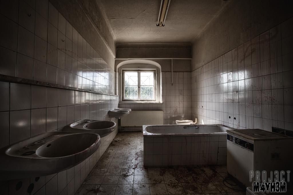 Krankenhaus von rollstühlen aka Hospital of Wheelchairs - Bathroom