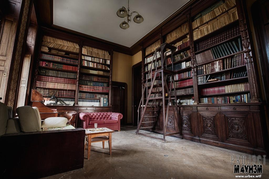 Château Sous Les Nuages - Library