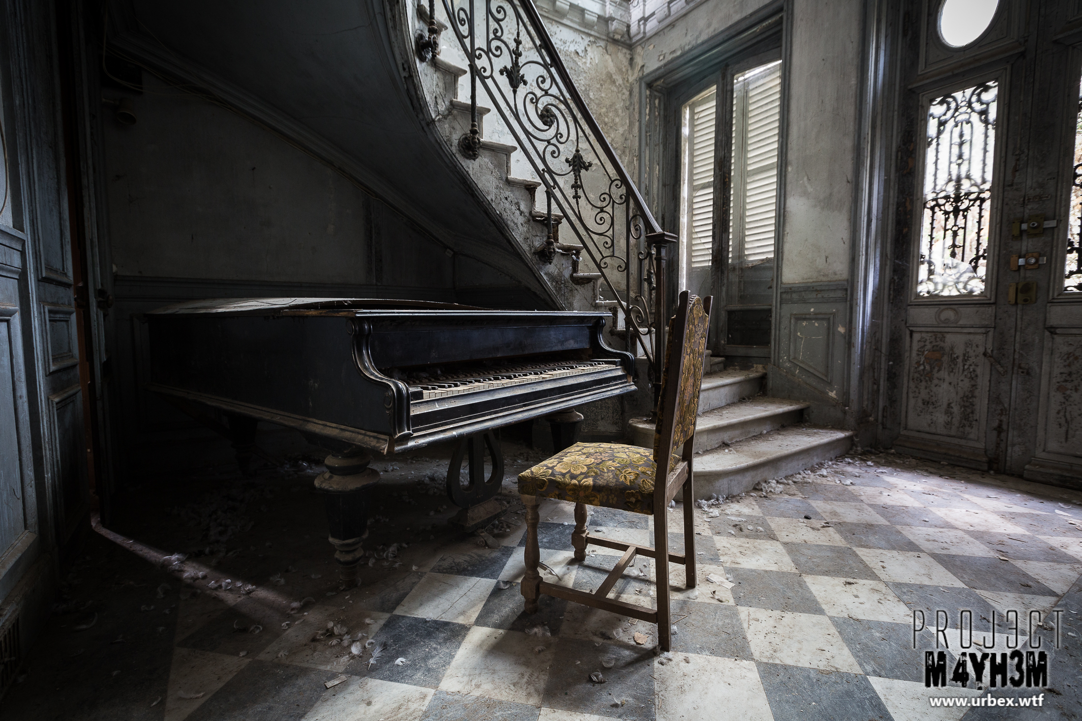 A rotting Piano in an empty Château